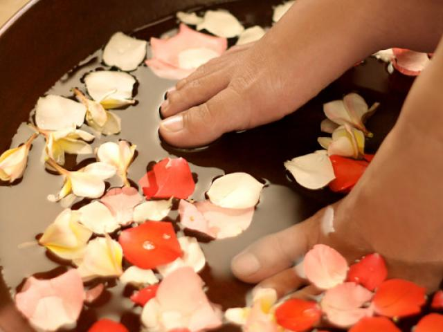 THE ESSENTIAL STEPS OF A PEDICURE